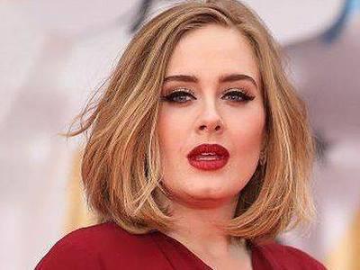 Adele es captada en un local de comida rápida cenando junto a su supuesta pareja